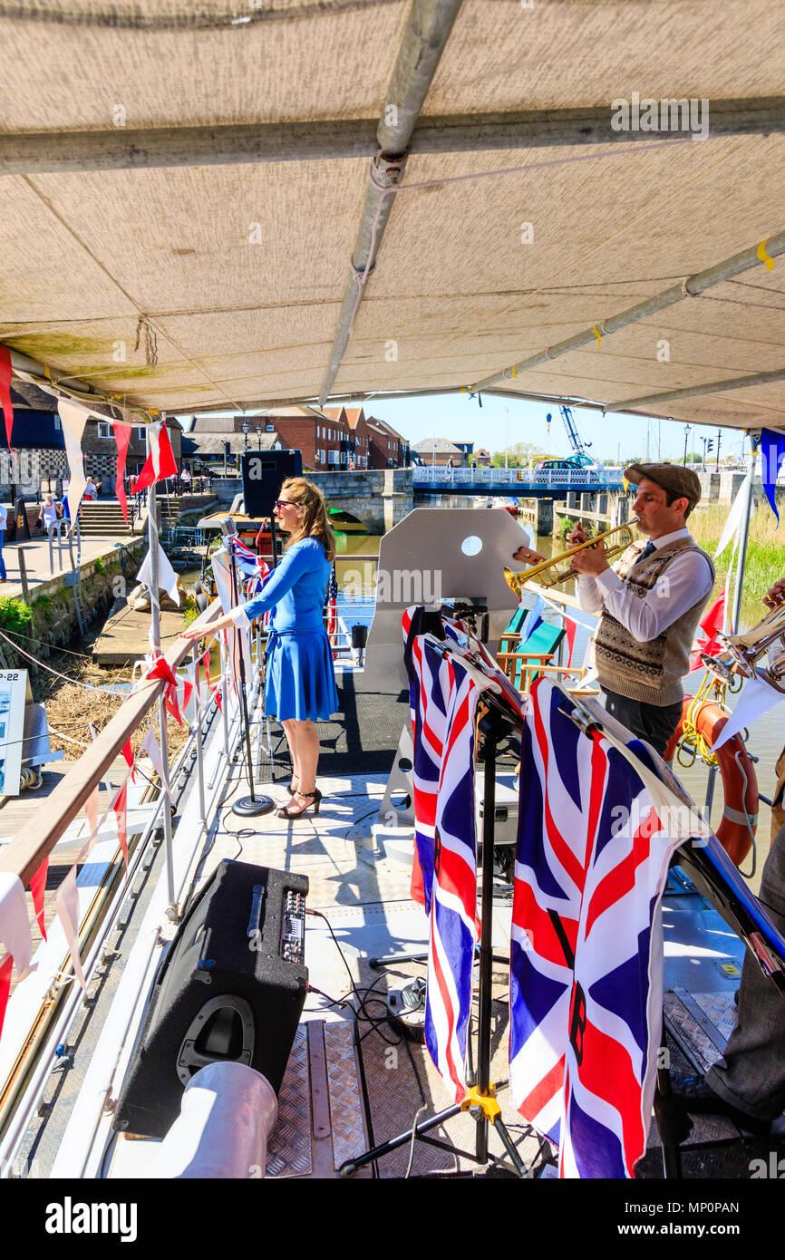 Salut à la 40s populaire événement nostalgique en Angleterre. La victoire de guerre groupe jouant sur le pont de P22 à Sandwich. Photo Stock