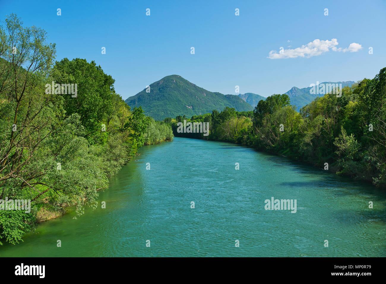 La saison du printemps sur la rivière Toce avec sur les côtés des forêts et montagnes en arrière-plan et nuages dans le ciel Photo Stock
