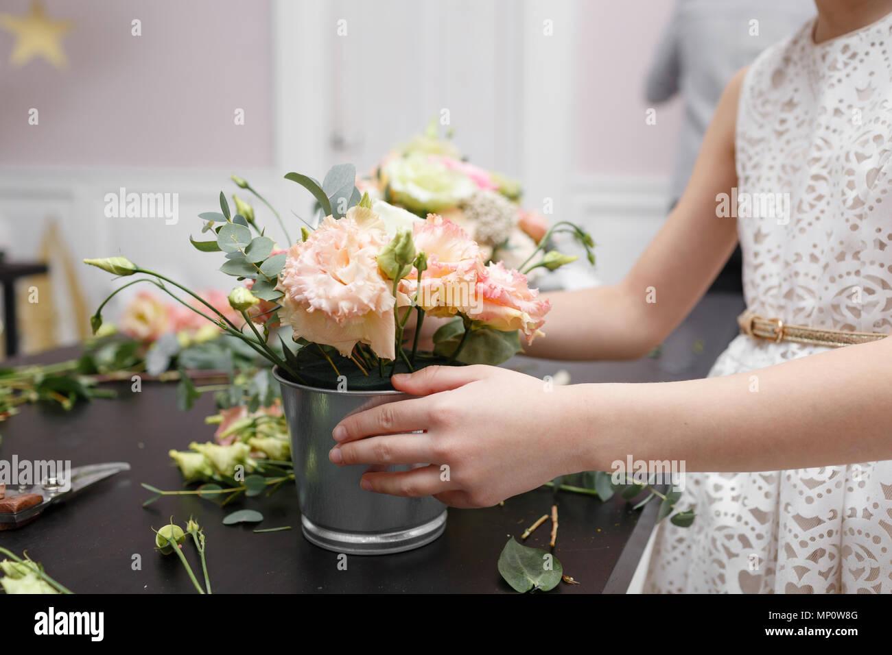 Master class sur décisions bouquets pour les enfants. Bouquet de printemps en pot ornementales en métal. L'organisation de la fleur d'apprentissage, faisant de beaux bouquets avec vos propres mains Photo Stock