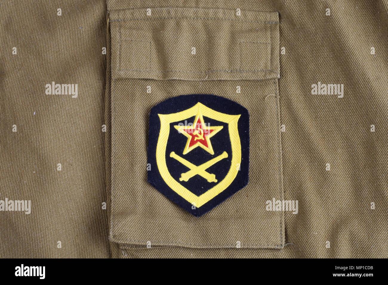L'artillerie de l'armée soviétique d'épaule sur fond uniforme kaki Banque D'Images