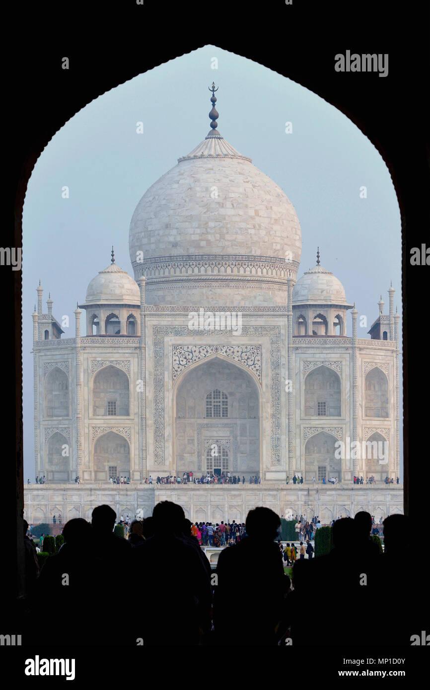 Taj Mahal, close-up vue à travers la porte d'entrée sur l'axe nord-sud, Āgra, Uttar Pradesh, Inde Photo Stock