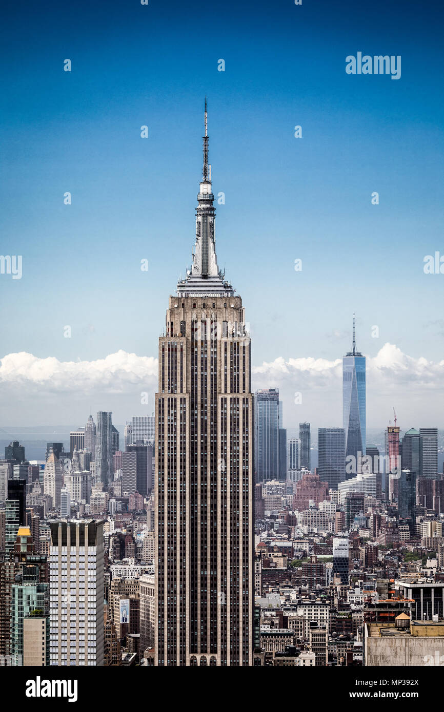 L'Empire State building vu depuis le pont d'observation Rockefeller Plaza à New York City, USA. Photo Stock