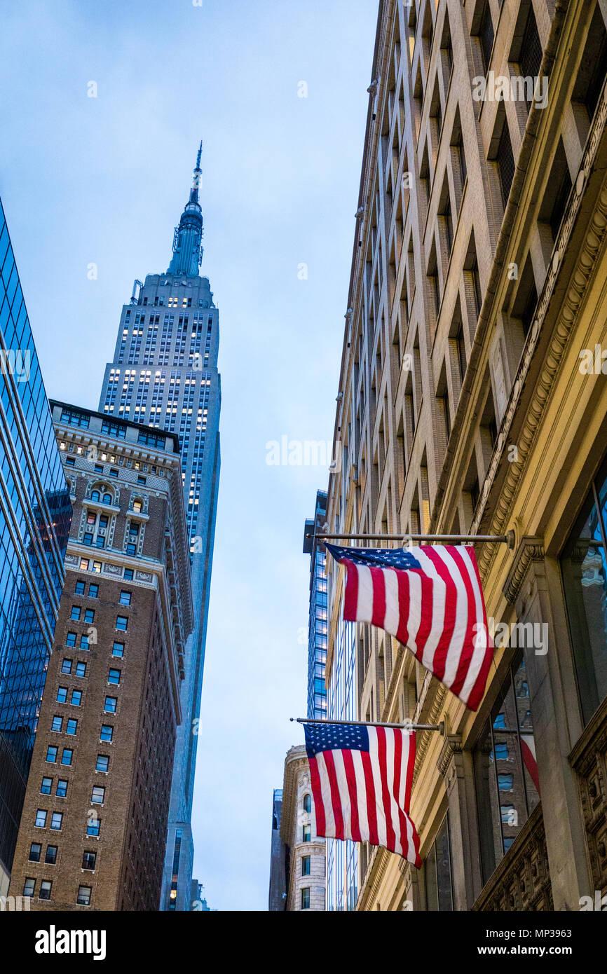 United States, je vois des drapeaux avec l'Empire State Building en arrière-plan dans la ville de New York, USA. Photo Stock