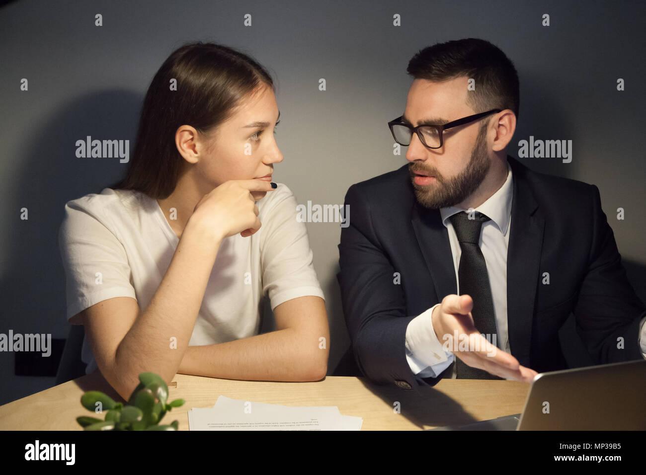 Travailleur homme expliquant quelque chose à collègue Photo Stock