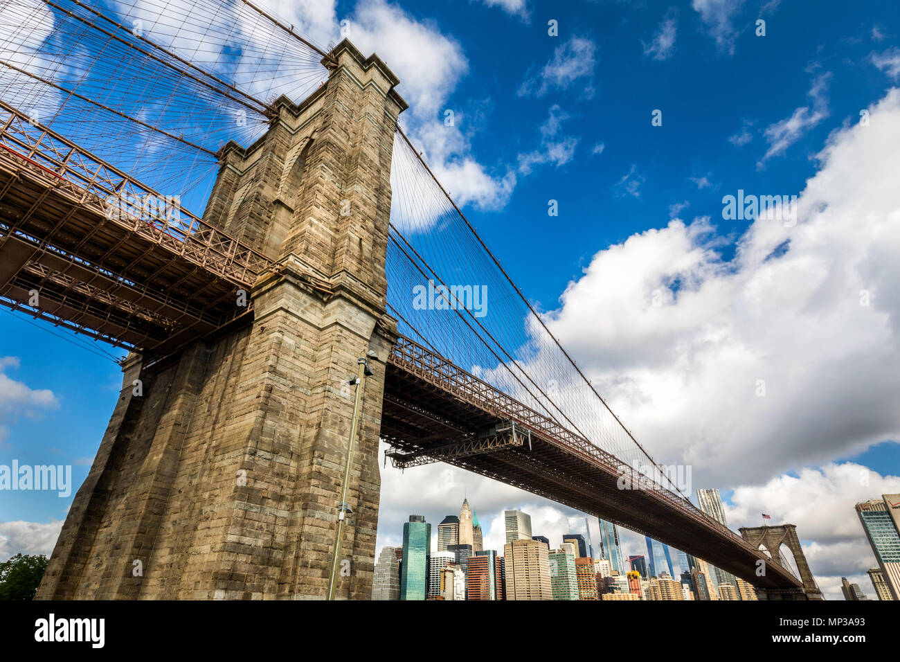 Manhattan skyline sous l'immense pont de Brooklyn à New York City, USA. Photo Stock