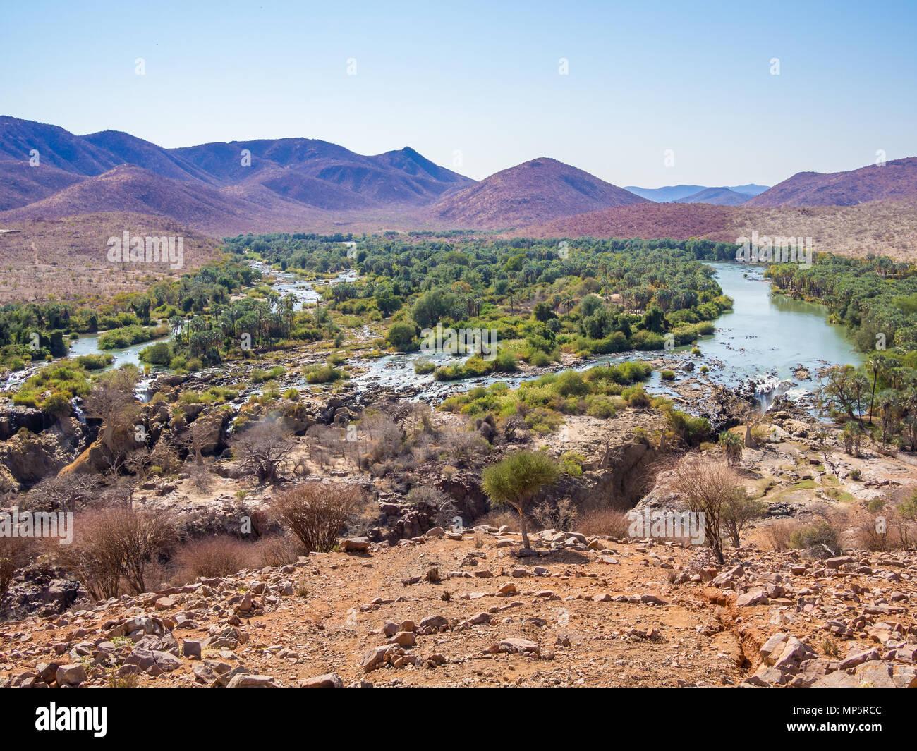 Vue panoramique sur la rivière Kunene Epupa Falls et à la frontière entre la Namibie et l'Angola, l'Afrique Banque D'Images