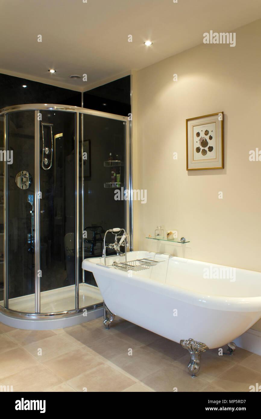 Une salle de bains contemporaine avec chrome brillant ...