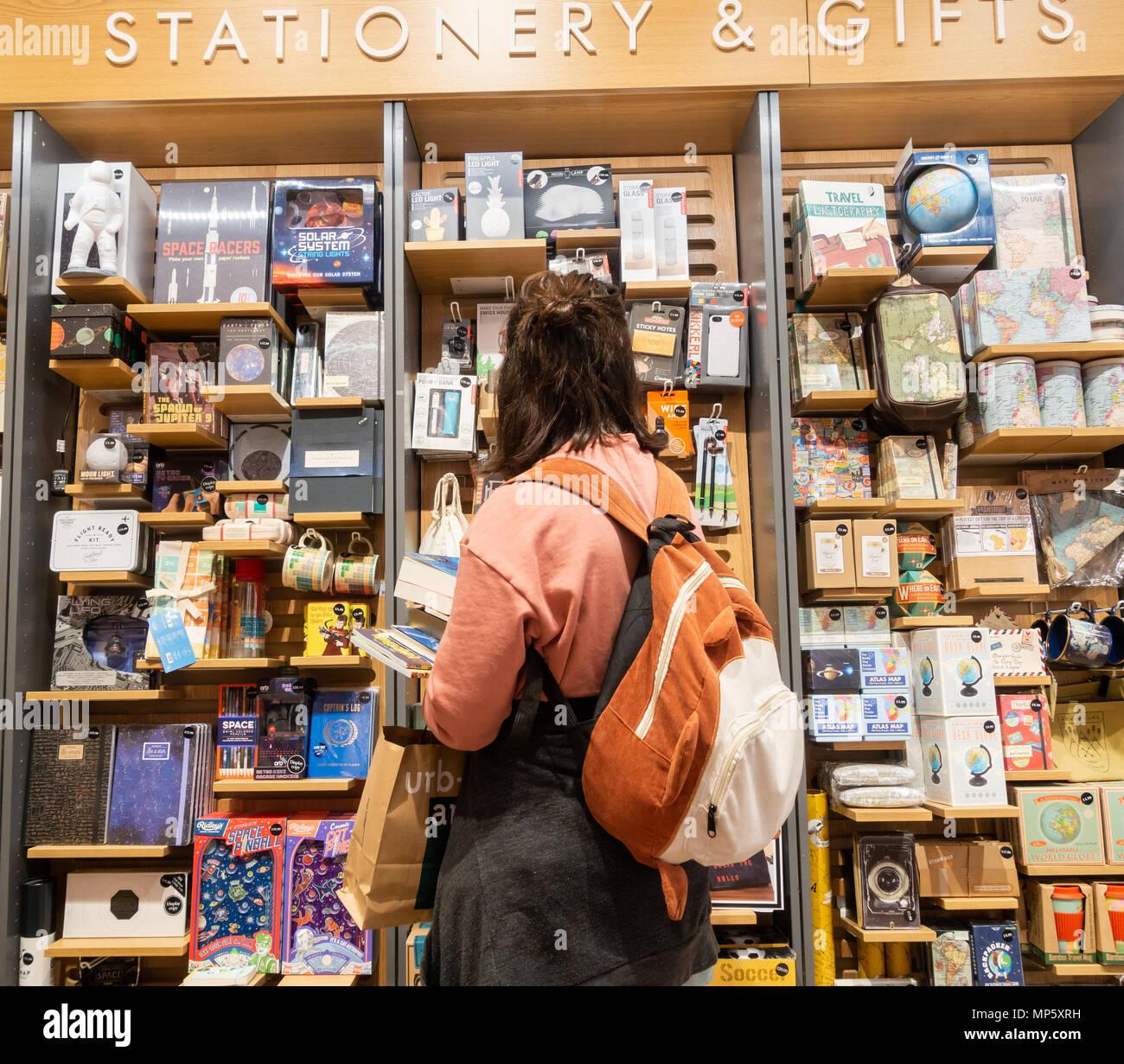 Papeterie et cadeaux dans la section librairie Waterstones. UK Photo Stock