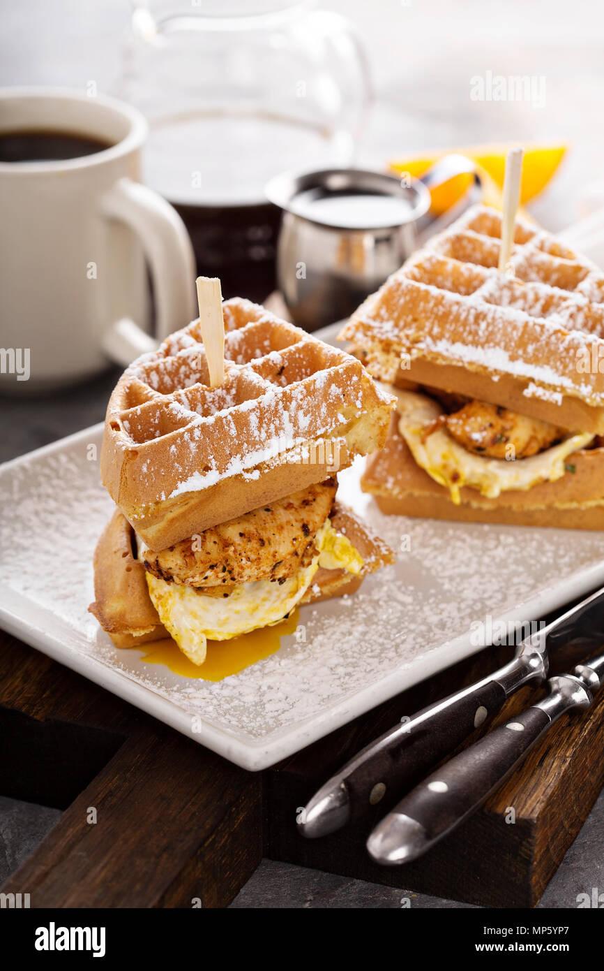 Waffle, œuf frit et sandwich de poisson Photo Stock
