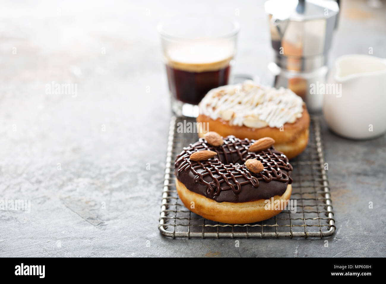 Le chocolat et les beignets aux amandes avec le café Photo Stock