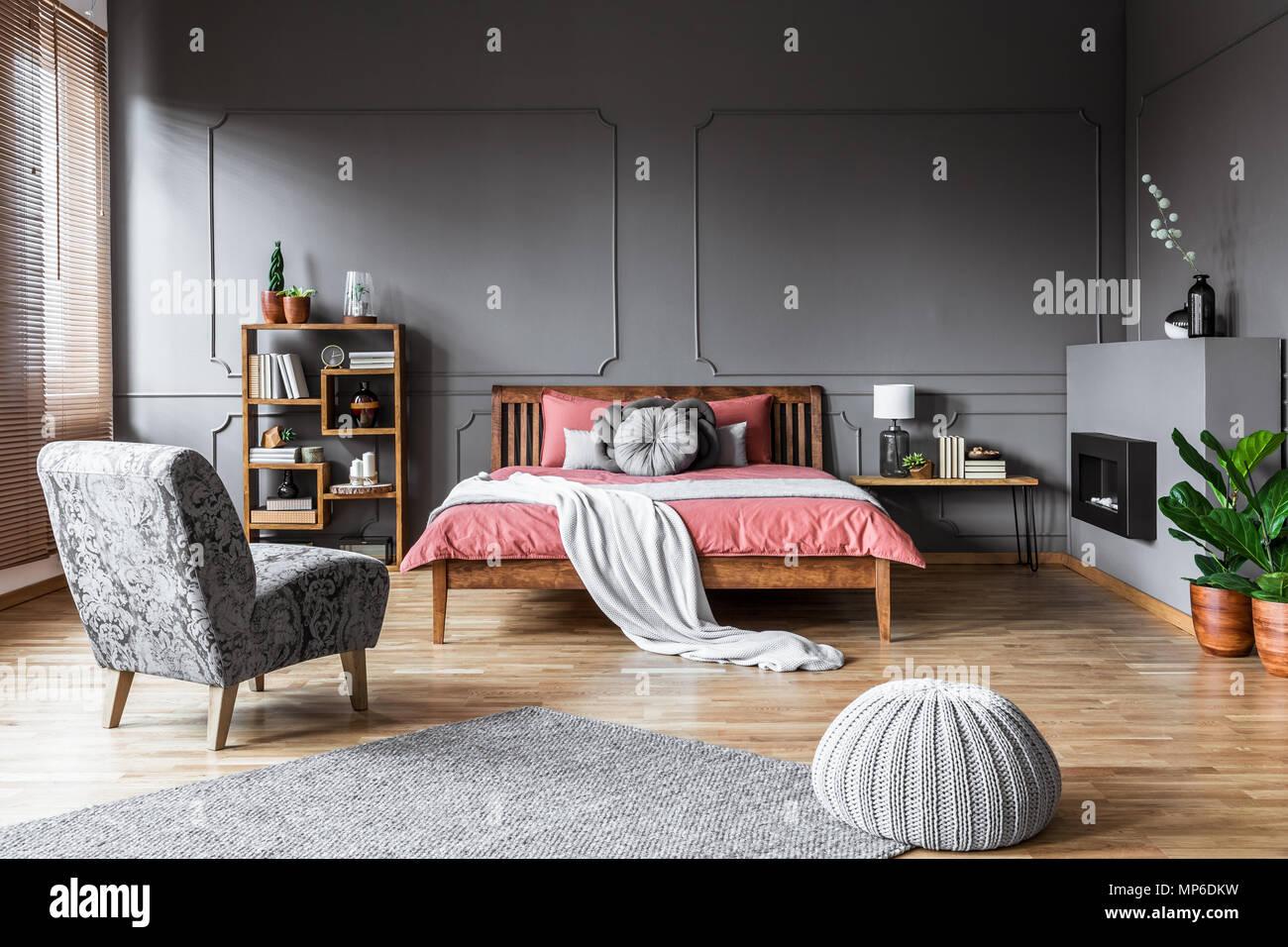 Chambre spacieuse avec des intérieurs et pouf fauteuil gris ...