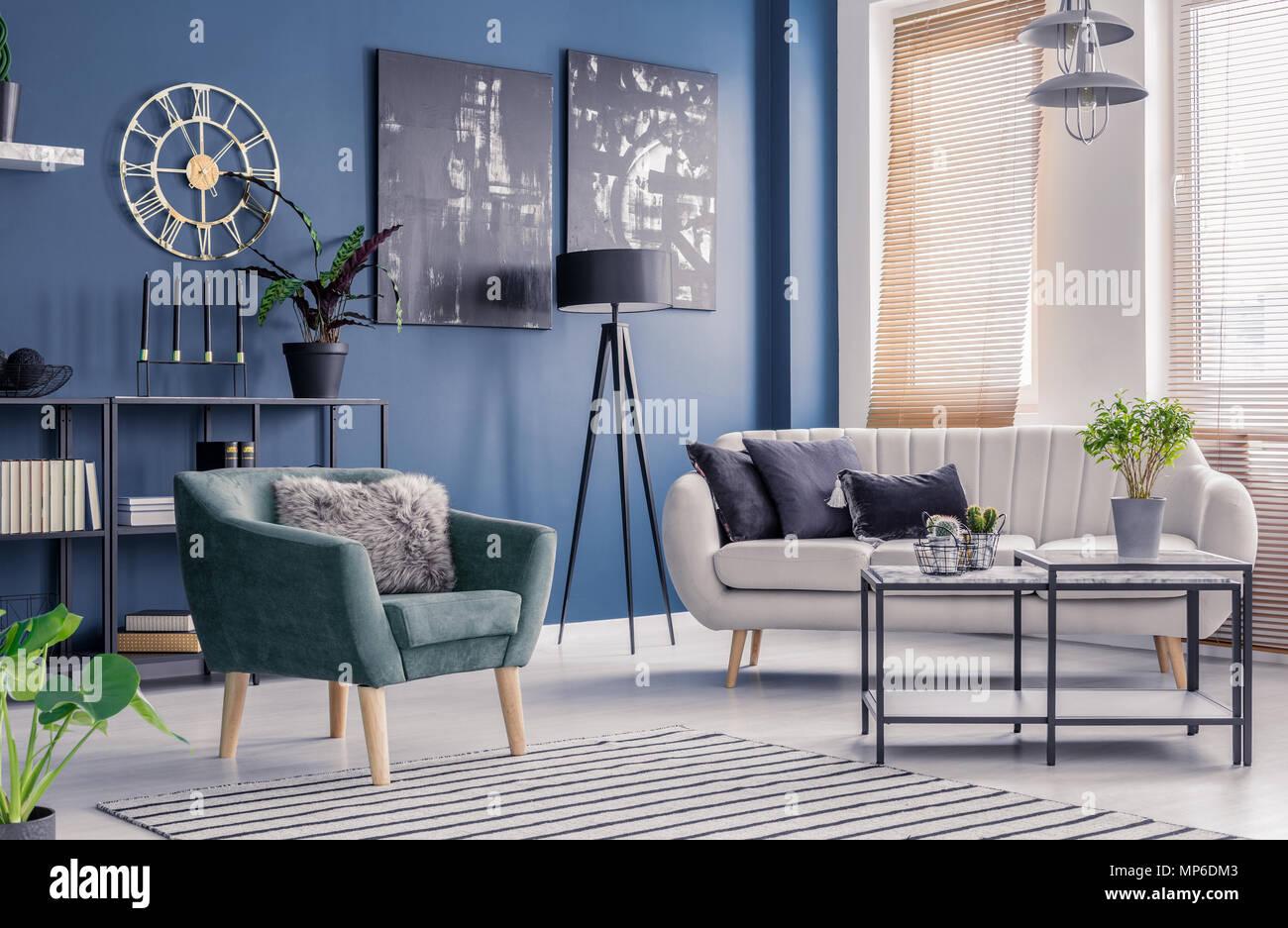 Salon bleu marine avec l\'intérieur, à la décoration design ...