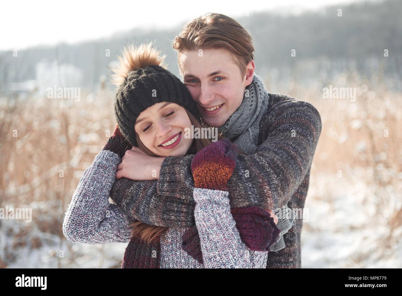 Heureux Noël couple in love embrasser en hiver neige forêt froide, l'espace de copie du nouvel an, fête, vacances et locations, voyages, l'amour et les relations Photo Stock