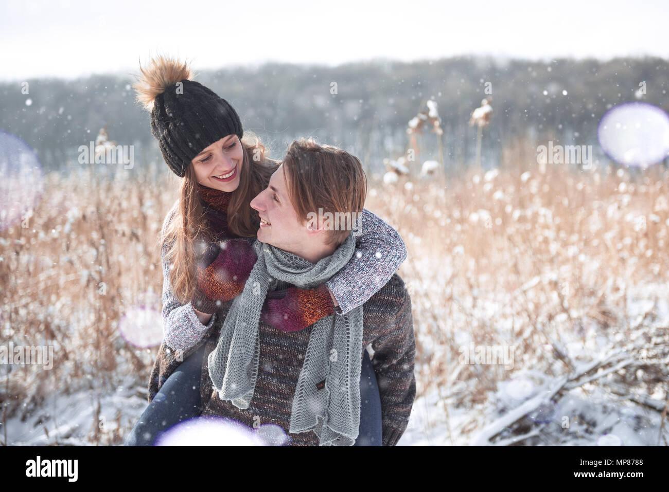 Heureux Noël couple in love embrasser en hiver neige forêt froide, l'espace de copie du nouvel an, fête, vacances et locations, voyages, l'amour et les relations Banque D'Images