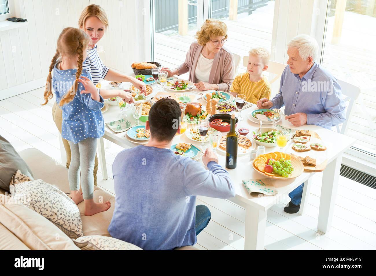 Réunion de famille heureuse dans la lumière du soleil Photo Stock