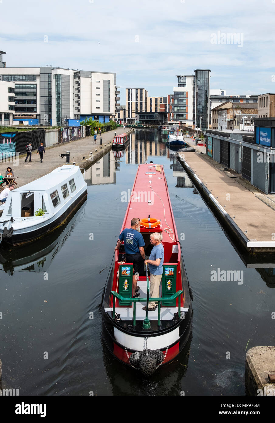 Voir l'Union de canal à Lochrin Basin avec bateau à voile étroit s'amarre à Fountainbridge à Édimbourg, Écosse, Royaume-Uni, UK Banque D'Images