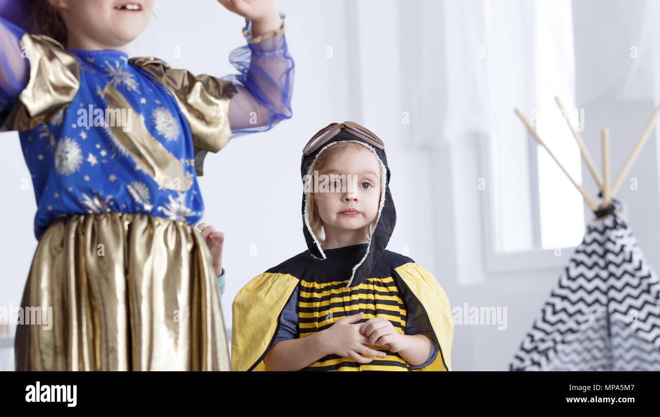 Petite fille habillé en abeille sur partie de costume de maternelle Photo Stock