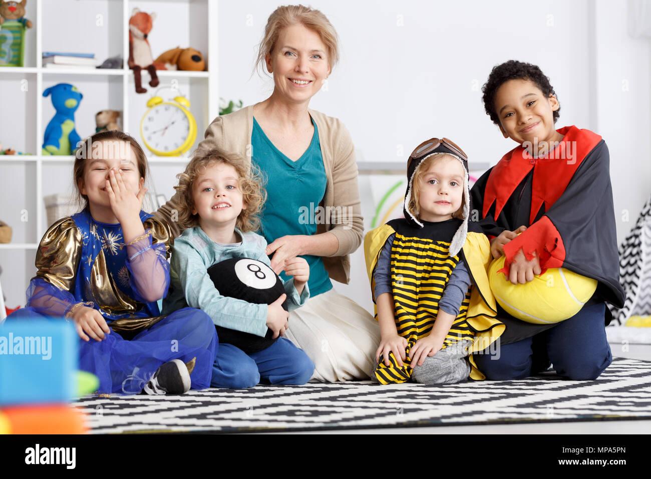Les enfants d'âge préscolaire de la maternelle group vêtus de costumes colorés Photo Stock