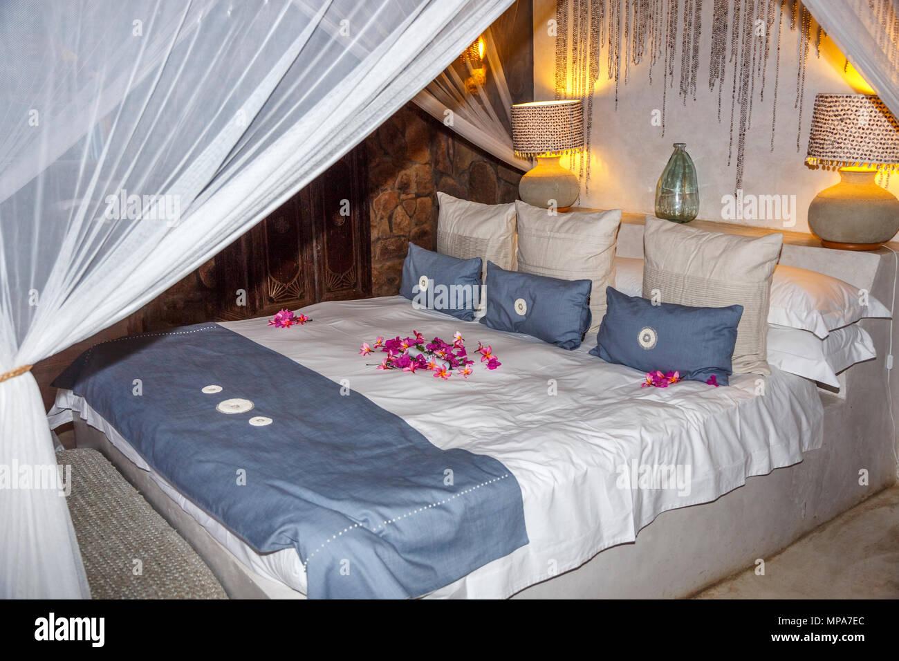 Grand lit king-size lit double de luxe derrière ...