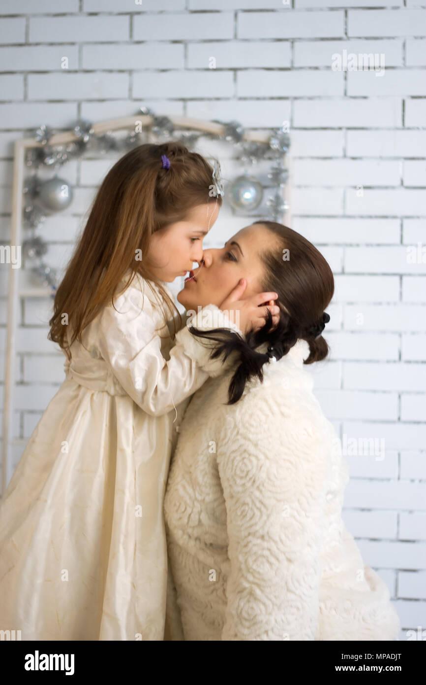 d216ed400d65a Mère et fille dans les fêtes de Noël et nouvel an robes Banque D ...