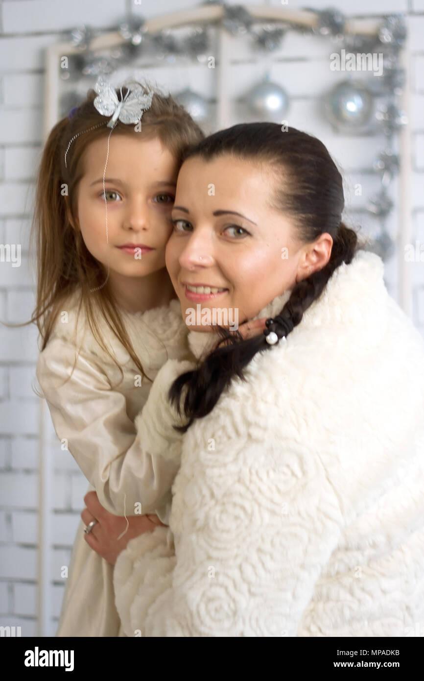 459aa5b298332 Mère et fille dans les fêtes de Noël et nouvel an robes Banque D ...
