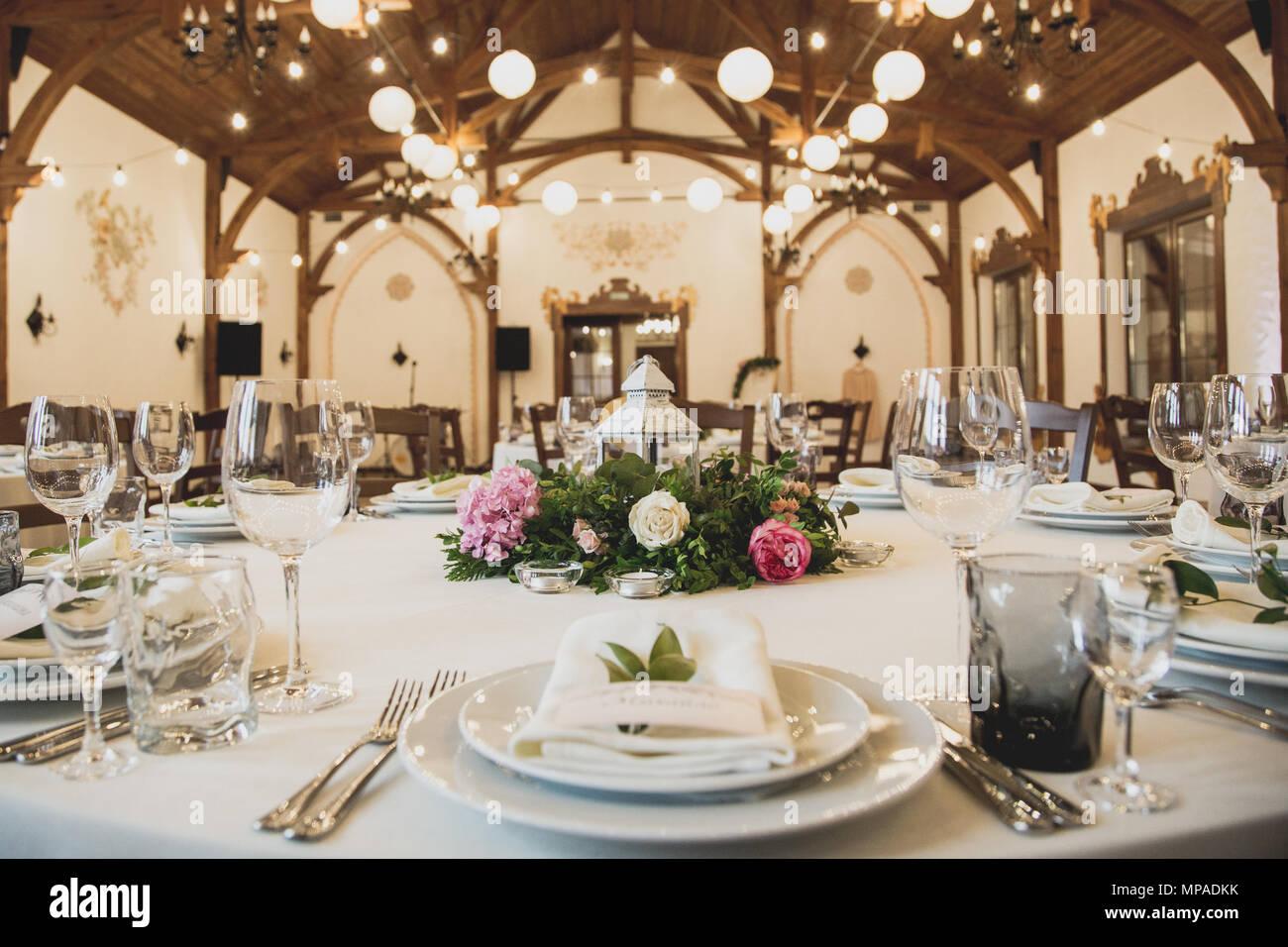 d cor de mariage de luxe avec des fleurs et des vases de verre et le nombre de param tre sur. Black Bedroom Furniture Sets. Home Design Ideas