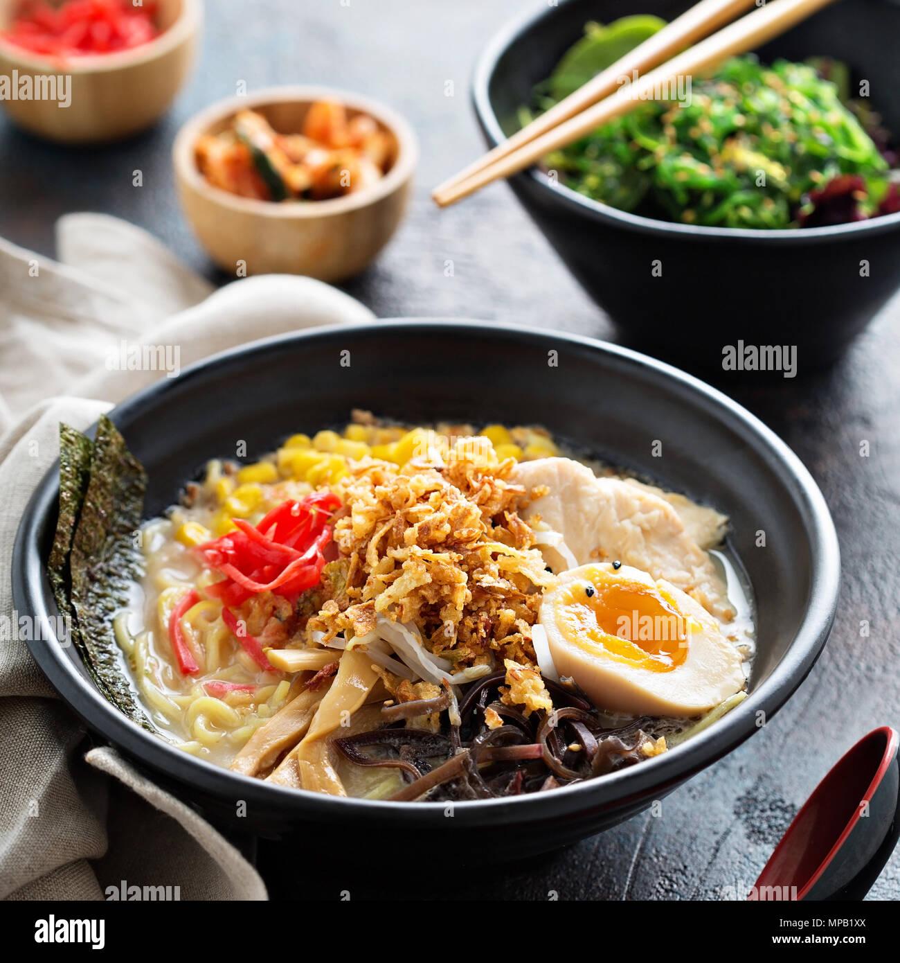 Bol de ramen épicé avec des nouilles et poulet Photo Stock