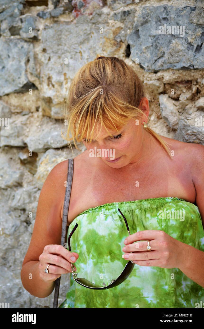 Femme blonde à lunettes en bas Photo Stock
