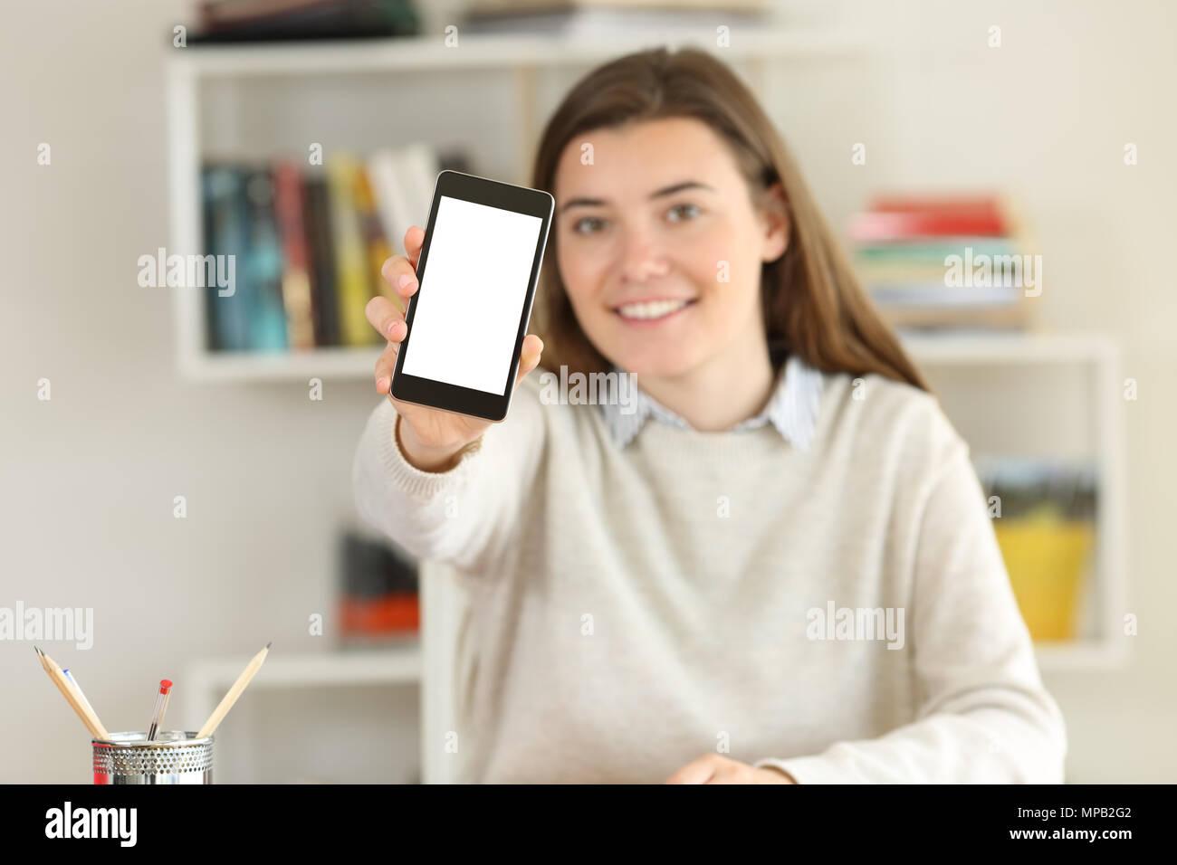 6bdbbe896099 Happy student montrant une maquette de l écran du téléphone intelligent