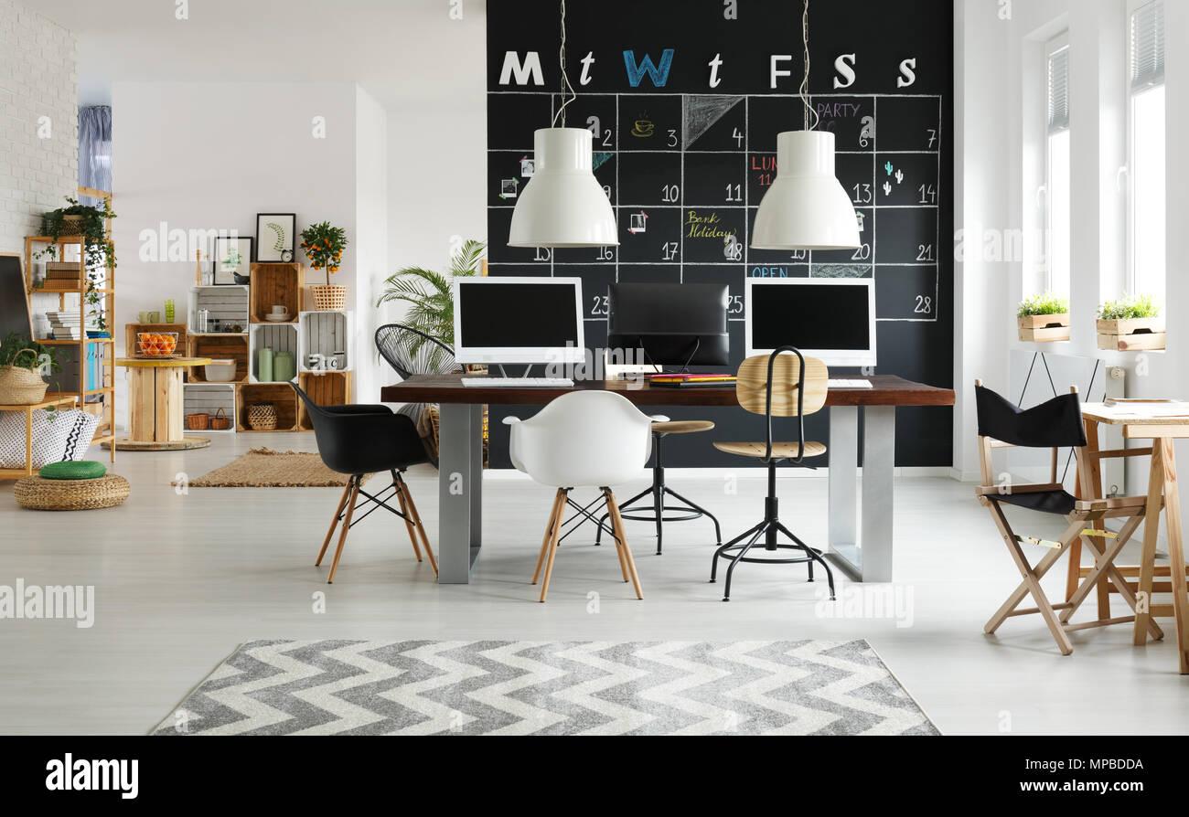 Noir et blanc espace de coworking modernes avec tableau noir