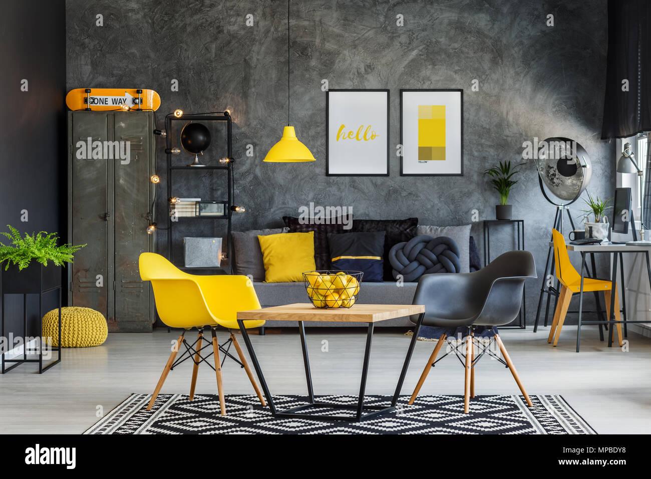 Mobilier moderne dans unique jaune et gris intérieur bureau