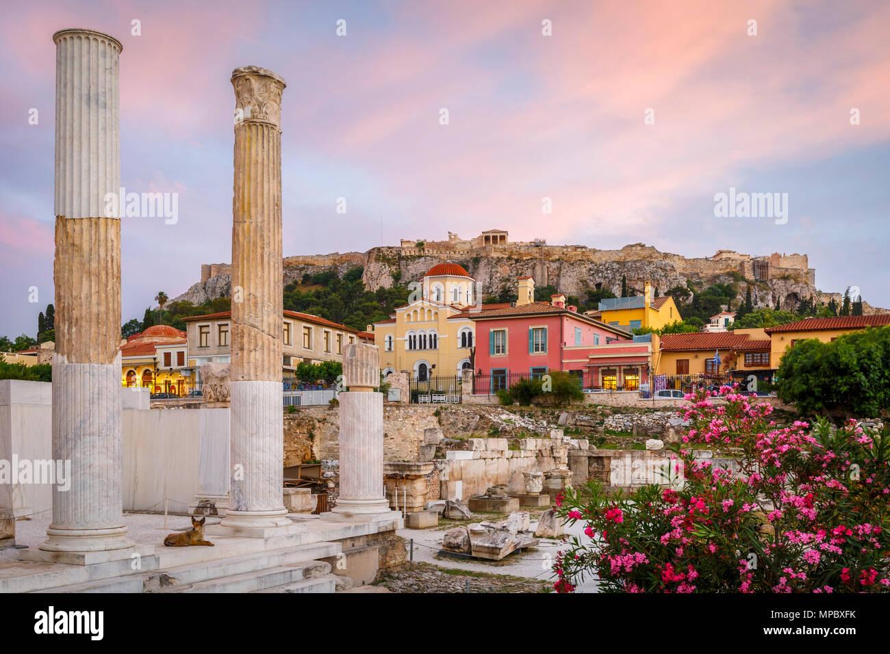 Vestiges de bibliothèque d'Hadrien et de l'acropole de la vieille ville d'Athènes, Grèce. Photo Stock