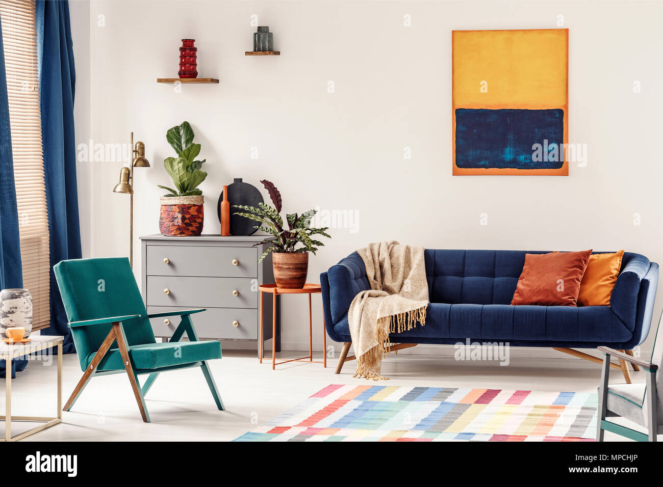 Table d\'extrémité orange avec la plante fraîche debout à ...