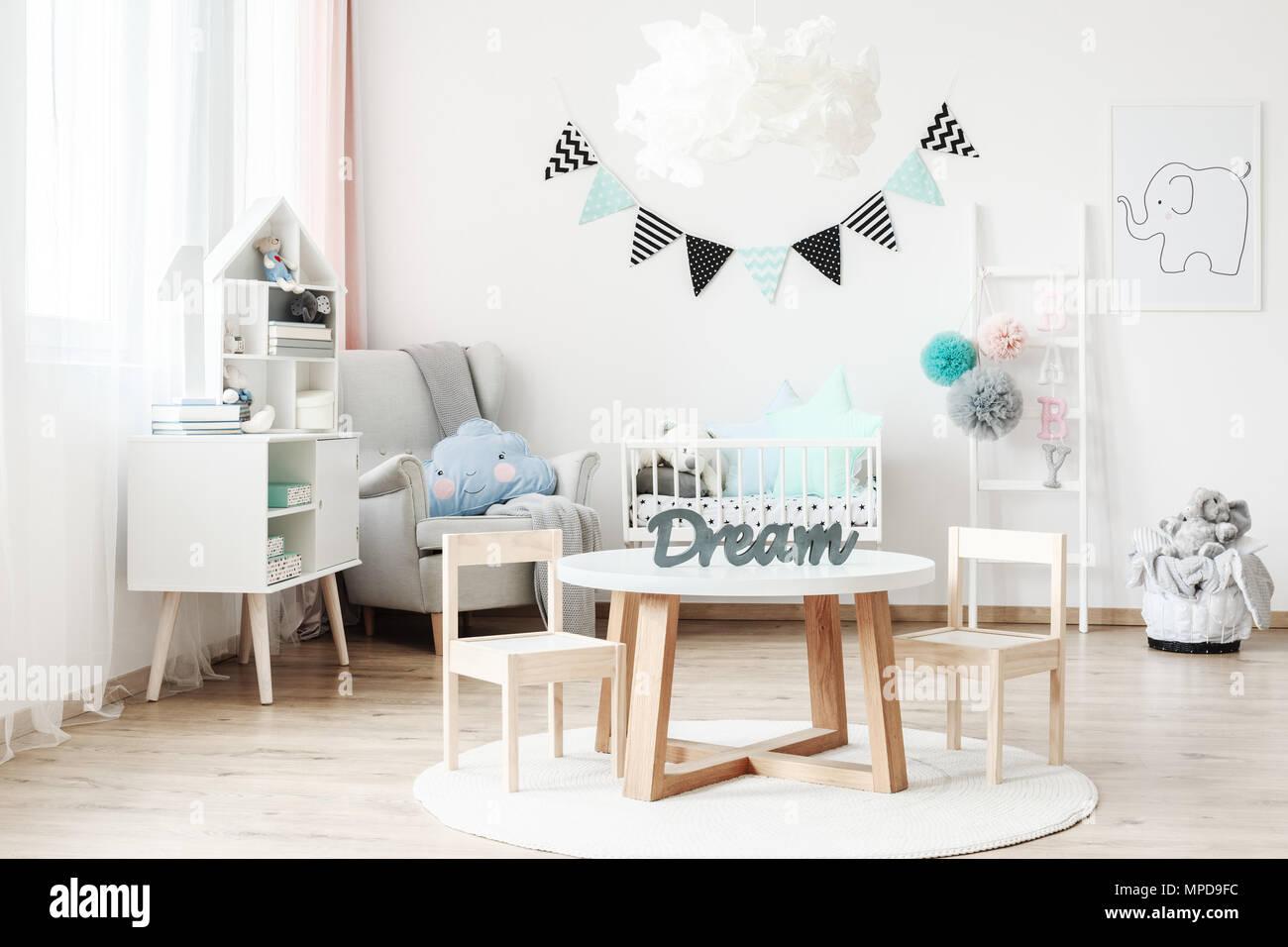 Bannière et lampe au-dessus d\'une petite table avec des chaises en ...