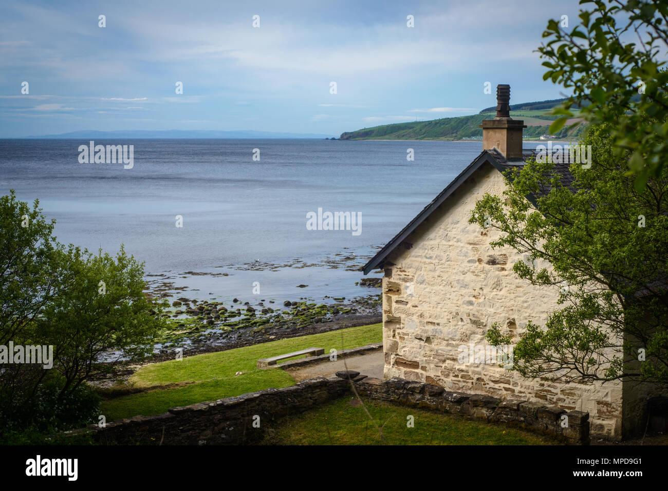 Chalet de pierre sur la plage, dans l'Ayrshire, sur la côte ouest de l'Ecosse en été Banque D'Images