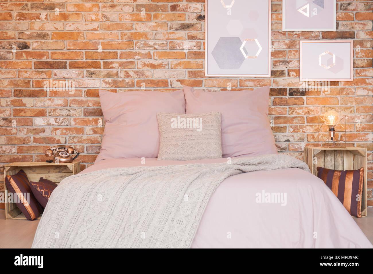 Chambre en mezzanine avec mur de brique rouge et d\'\'un lit double ...
