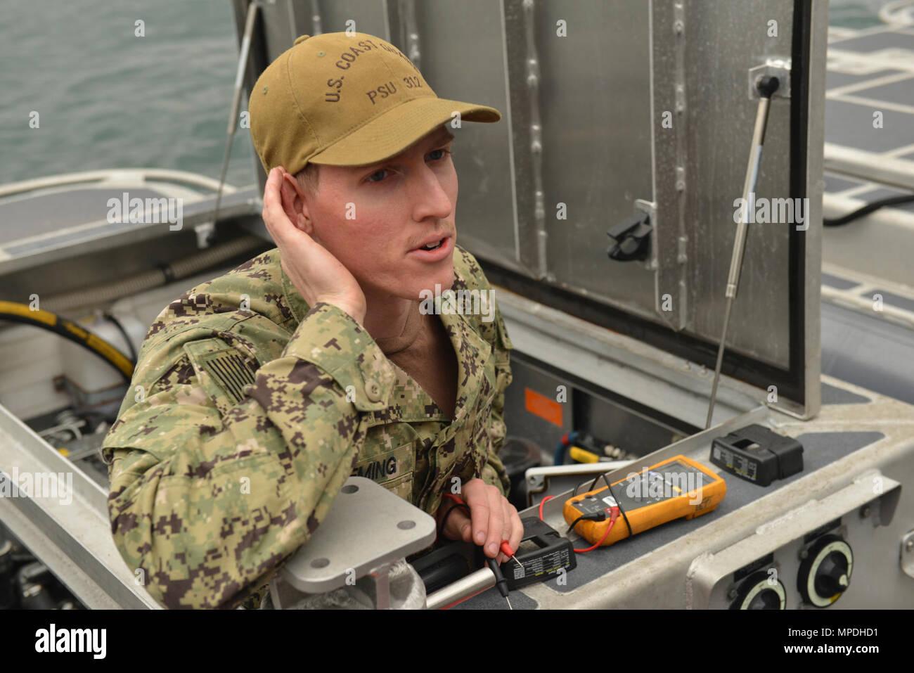 U.S. Coast Guard Maître de 2e classe Michael Fleming, un électricien d'un officier de la Garde côtière à 312 Unité de sécurité portuaire, dépanne un transportable de 32 pieds du bateau de sécurité pendant le fonctionnement du chauffage de l'exercice Pacific Reach 2017 à Pohang, République de Corée, le 8 avril 2017. OPRex17 est un événement de formation bilatérale conçu pour garantir l'état de préparation et de maintenir les capacités de renforcement de la Corée du Sud et les États-Unis Alliance. Les gardes côte serviront de cadre de combined task group la conduite d'eau, des ports et des opérations de sécurité de la protection côtière unis et la République de Corée et du personnel actif de l'exercice d'une zone Centre de Distribution Photo Stock