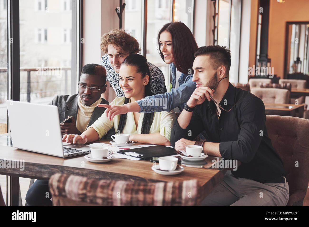 Portrait de groupe de vieux amis communiquer les uns avec les autres, ami posant sur cafe style urbain, les gens s'amuser, des concepts à propos de l'Unité jeunesse de vie. Connexion Wi-Fi au réseau local connecté Photo Stock