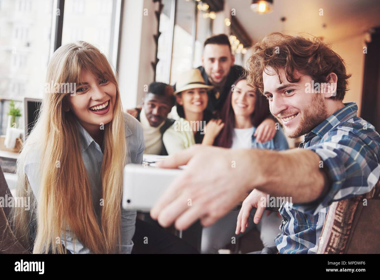 Portrait de groupe de vieux amis communiquer les uns avec les autres, ami posant sur cafe style urbain, les gens s'amuser, des concepts à propos de l'Unité jeunesse de vie. Connexion Wi-Fi au réseau local connecté Banque D'Images
