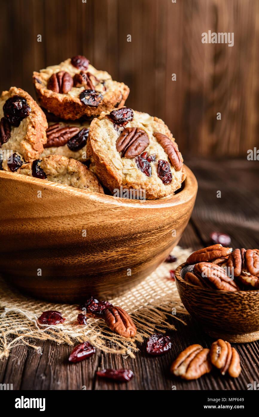 Des biscuits de blé entier avec des noix de pécan, canneberges séchées et miel Photo Stock