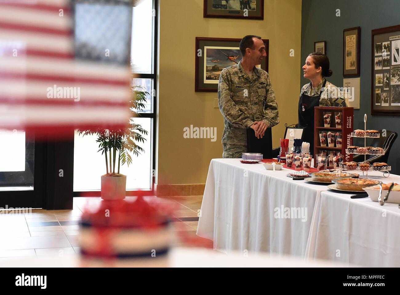 U.S. Air Force, le général Scott Zobrist (gauche), 9e de la Force aérienne, des pourparlers avec le sergent-chef. Katie Neeley, 4e Escadron de médecine aérospatiale, surintendant à Seymour Johnson Air Force Base, N.C., le 15 février 2017. Neeley et d'autres membres de la rendre meilleure club culinaire ont présenté leurs talents culinaires en préparant le petit déjeuner pour Zobrist et environ 20 autres dirigeants de l'aile et leurs conjoints au cours de sa visite. (U.S. Air Force photo par un membre de la 1re classe Kenneth Boyton) Banque D'Images
