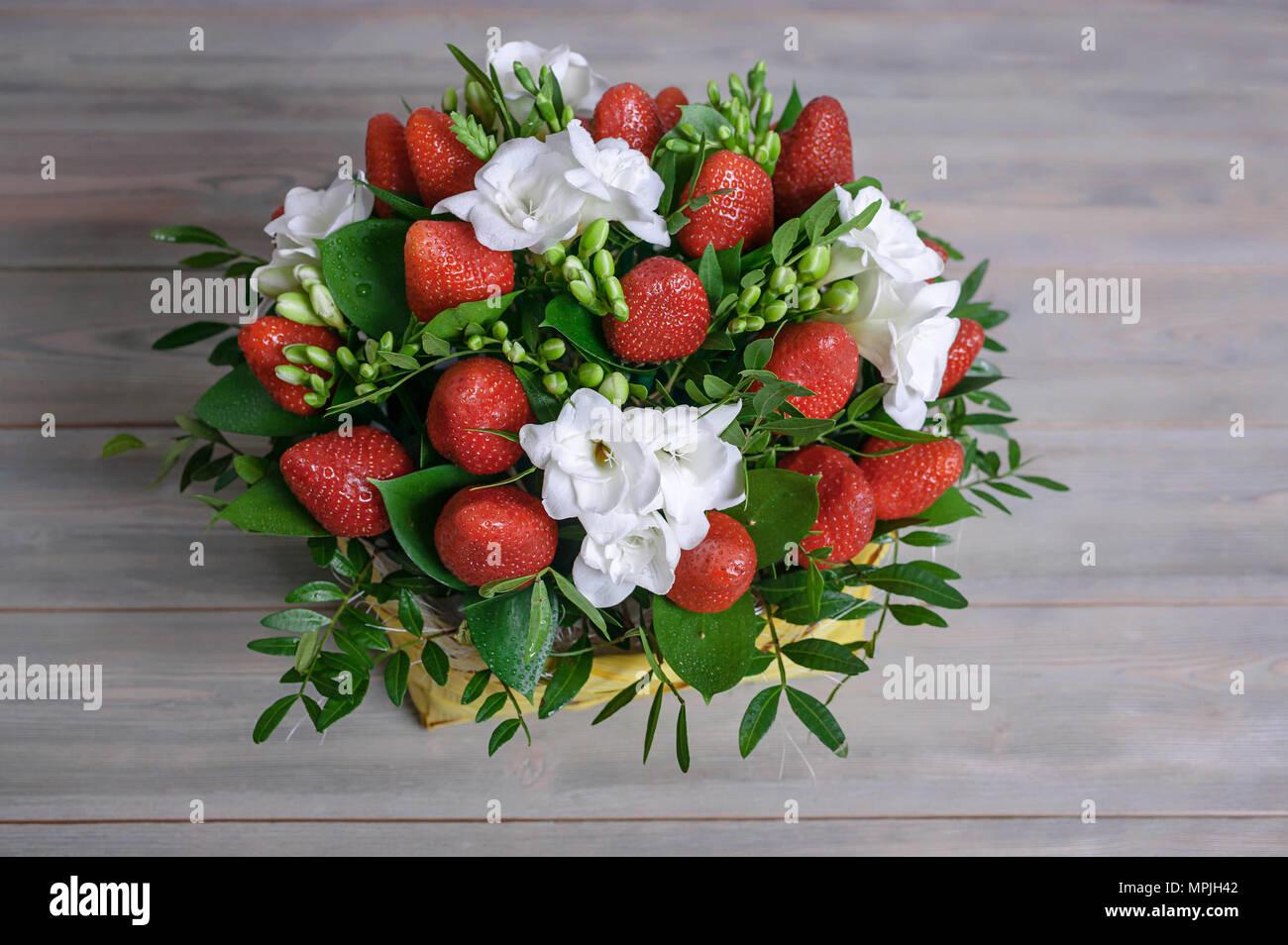 Admirable Bouquet de fleurs et de fruits. Fraise et freesia blanc. Fond de DN-91