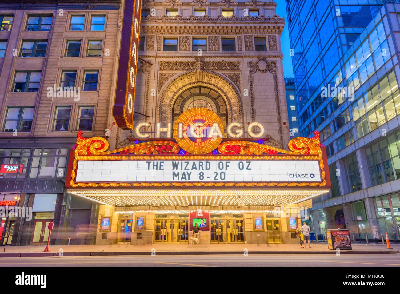 CHICAGO, ILLINOIS - 10 MAI 2018: le théâtre de Chicago landmark sur State Street au crépuscule. Le théâtre historique date de 1921. Photo Stock