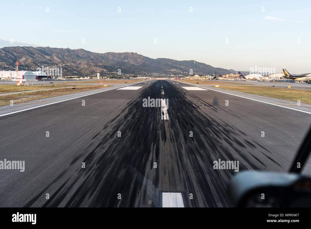 Burbank, Californie, USA - 18 avril, 2018: des marques de dérapage sur piste à l'aéroport de Burbank, près de Los Angeles, Californie. Photo Stock