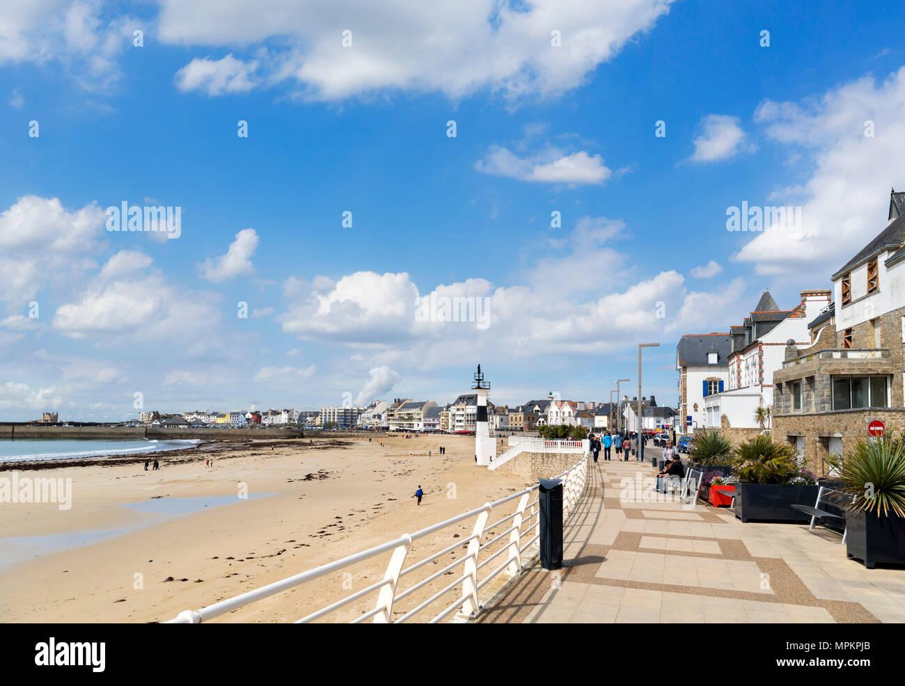 La plage et la promenade de front de mer à Quiberon, Bretagne, France Photo Stock