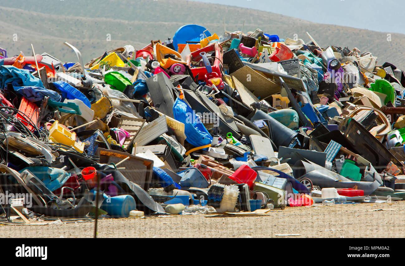 Discarted de recyclage des produits en plastique, enfouissement sanitaire. Photo Stock