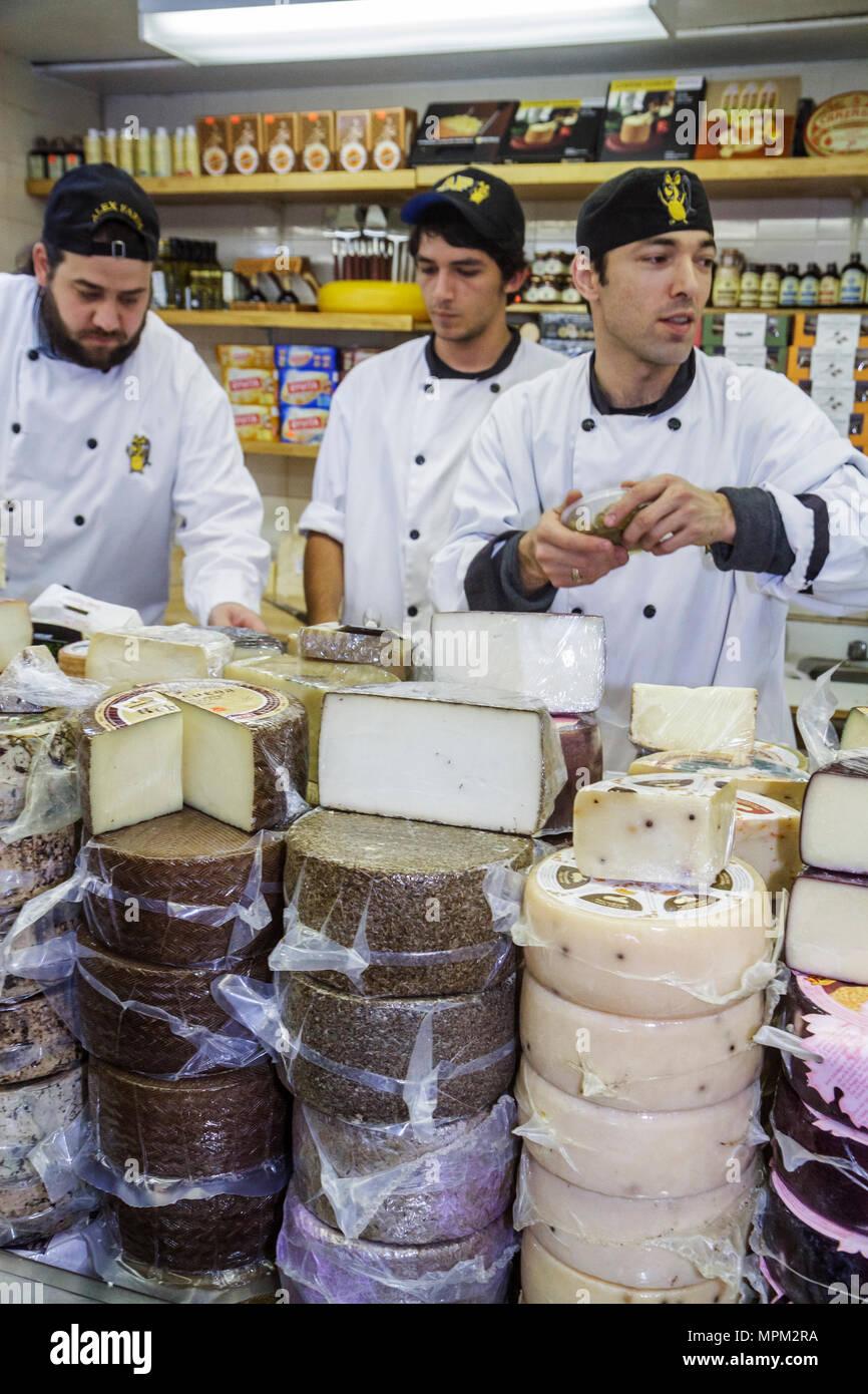 Toronto Ontario Canada Saint-laurent shopping marché marchand vendeur vendeuse homme boutique fromage fromage employé manteau chef de roue Banque D'Images