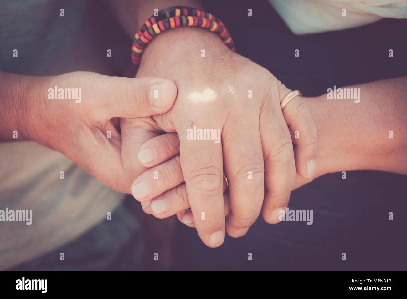 Toujours tegether concept pour une paire de mains senior personnes âgées touchant et rester ensemble. Moment d'amour pour une vie ensemble Banque D'Images