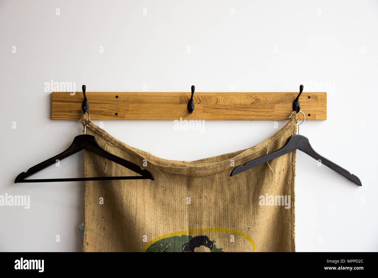 Pour Accrocher Les Vetements accrocher sur des cintres pour les vêtements contre le