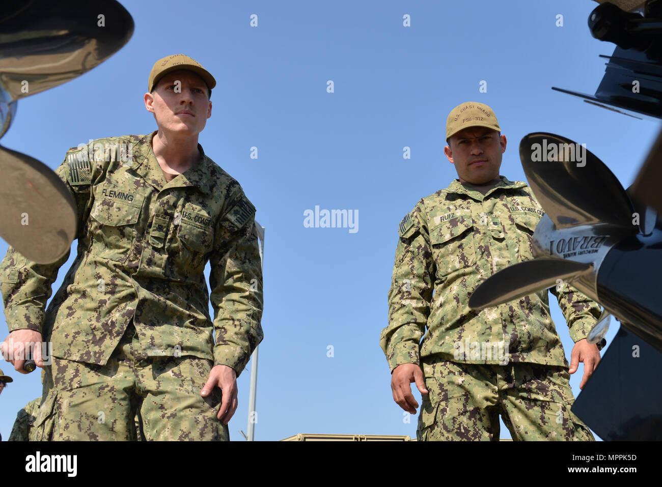 U.S. Coast Guard Maître de 2e classe Michael Fleming (à gauche) et le Maître de 3e classe Eliomar Ruiz, à partir de la Garde côtière canadienne 307 Unité de sécurité portuaire, inspecter l'un de l'unité de 32 pieds du port bateaux transportables de sécurité pendant le fonctionnement de l'exercice Pacific Reach 2017 à Pohang, République de Corée, le 7 avril 2017. OPRex17 est un événement de formation bilatérale conçu pour garantir l'état de préparation et de maintenir les capacités de renforcement de la Corée du Sud et les États-Unis Alliance. Les gardes côte serviront de cadre de combined task group la conduite d'eau, des ports et des opérations de sécurité côtière des États-Unis de protéger les ressources et le personnel-ROK exer Photo Stock